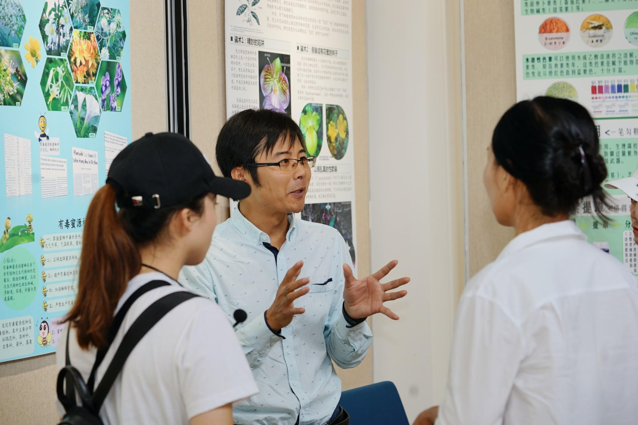 22日的科学节现场,科研人员为参观人员解说(玉最东 摄)