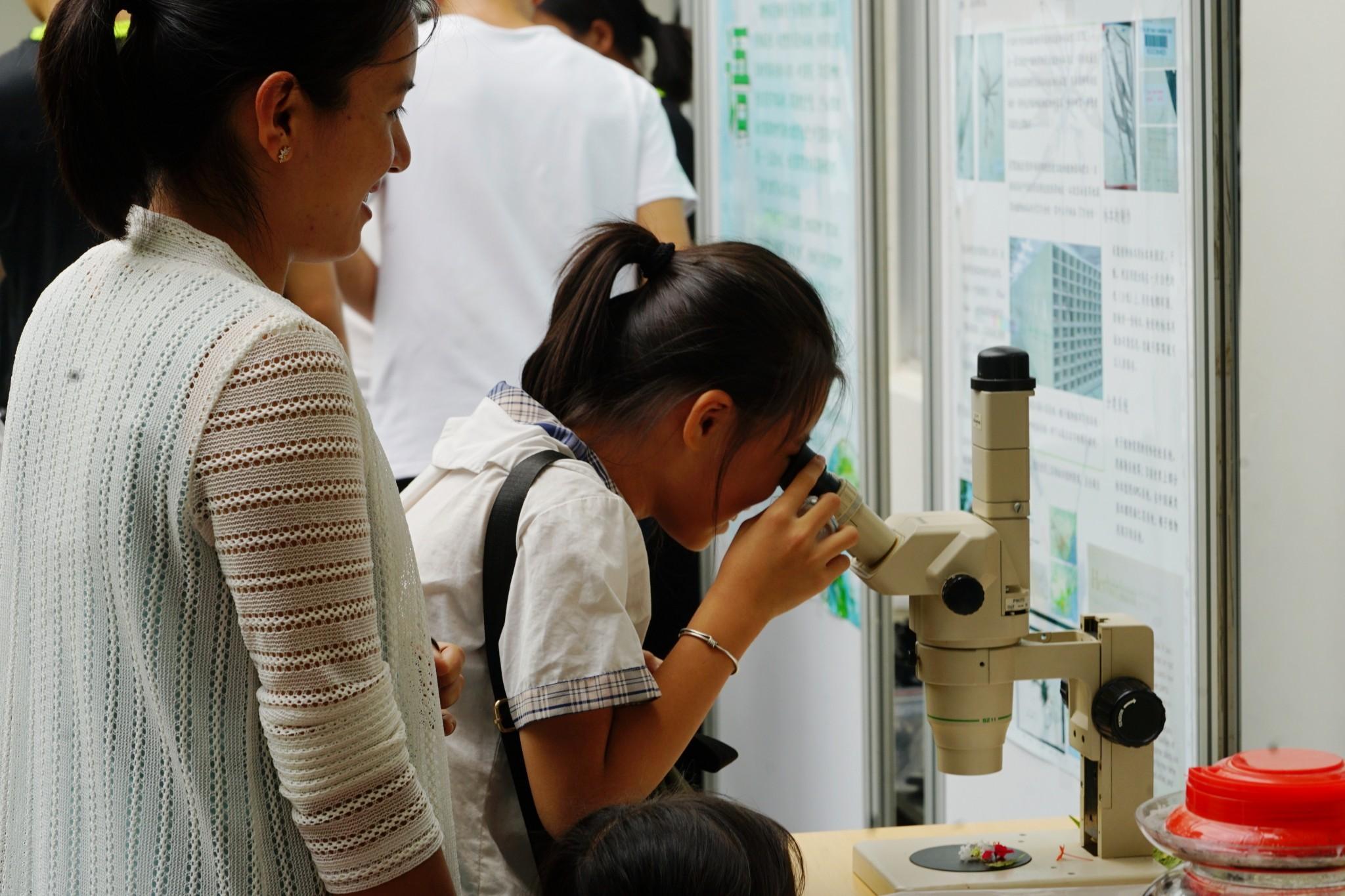 参观人员体验植物微观之美(玉最东 摄)